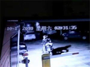 夜深人静三小贼小区偷盗摩托车