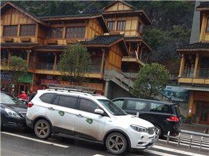 爆料:兴文光明坝政务中心门口五连撞,幸无人员受伤。