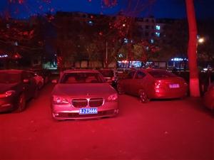 宝马车停在路中央