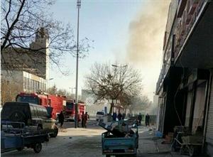 沿街门店发生大火,紧挨中石化加油站!