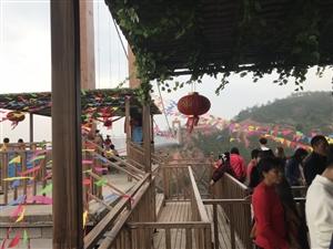 江西石崆寨旅游景区坑钱的过玻璃桥另外收费。