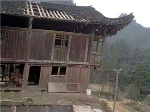 土家吊脚楼面临倒塌