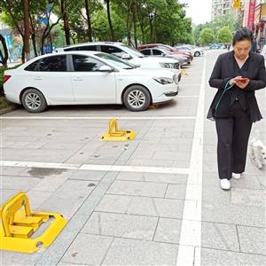 愤怒!南溪公共场所停车位为啥都上了地锁?
