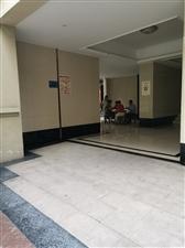 某小区物业不作为,致使业主在进门大厅摆桌打牌