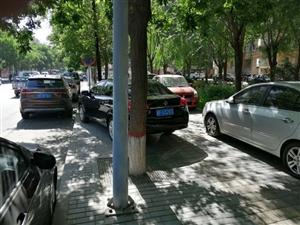 三幼附件车辆乱停乱放,影响周围行人
