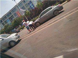 刚才乐达金马门口发生一起交通事故