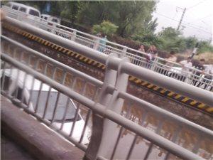 立交桥积水太深,过往车辆请注意