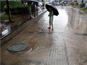 大雨拦住了孩子们的上学路