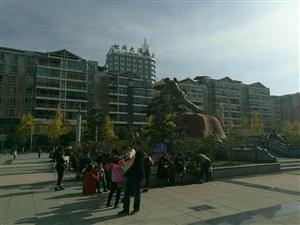 出太阳了,世昌广场的人又冒出来了!