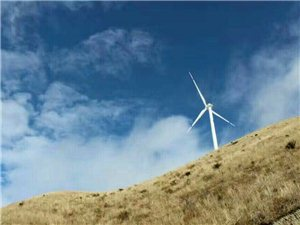 寻乌三标基隆山国家风力发电站,好多人观看风景