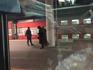 火车站偶遇警察叔叔抓捕犯人