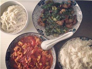 辣椒炒肉、番茄鸡蛋、白面条,雨后的晚餐不要太惬意
