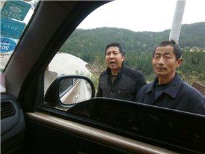 通江赤江岳家嘴三叉路口广告牌被大风吹倒