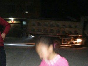 大晚上的运土车还在开,广场舞都跳不成