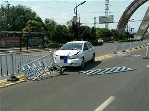 今日中午一辆比亚迪轿车在世纪大道北段撞护栏
