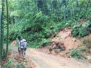 2017年6月28日,乡住村干部会同计生国土干来到高梅村进行抗洪抢险指导,实地察看实情,