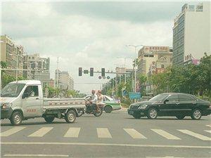 银海路与金海路十字路口交通信号红绿黄灯有问题绿灯直接变黄灯不合理