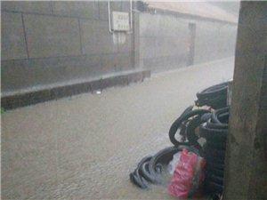 新开口镇郭庄街道由于有户人家盖房把道堵了致使下雨水流不出去望有关领导给予解决