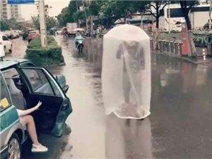 """小伙撑着一把""""拉风""""雨伞,在路边走着,吸"""