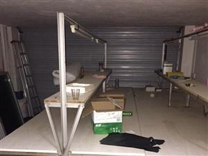 转让工位桌2张,一个货物架