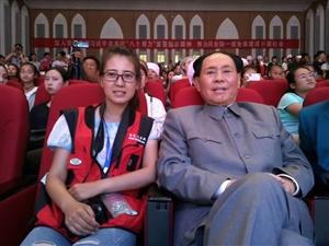 模仿毛主席的演员和张家川在线小编合影!