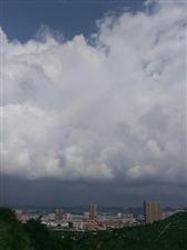 乌云密布,暴风雨即将来临。