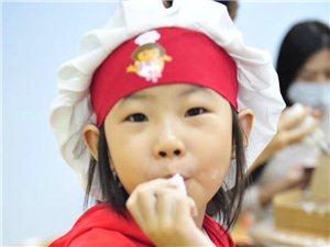 彩虹花童书馆的小朋友正在做月饼!