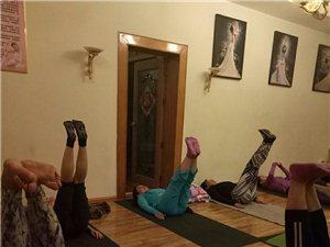 秋冬季锻炼,室外广场舞pk室内瑜伽