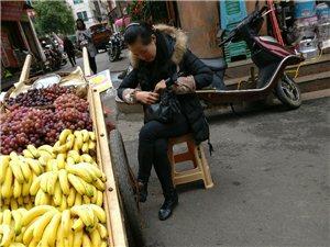 在路边买水果要注意!小心缺斤少两!
