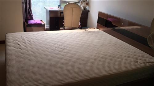 此床寬1.8米,長2.0米,帶床墊和兩個...