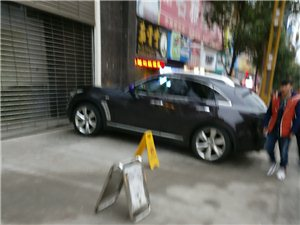 九天慧德大饭店停车场经常停车堵路,没人管