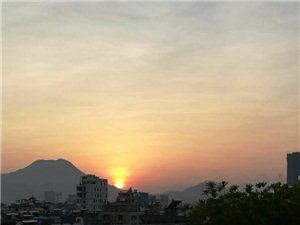 站在高楼上见到揭西细庙山太阳下山的美丽景
