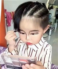 小女孩模仿妈妈化妆,妆后亮了!