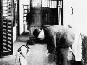 3岁男童与医生互相鞠躬,百年前感人一幕重