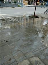 天际上城的下水管道堵了三天了,污水横流,