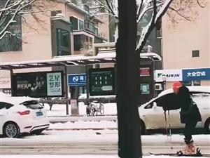 西安滑雪哥@脚踩滑板上班