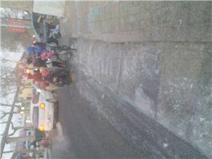 提醍:路滑,孩子路上一定小心,四中学生骑