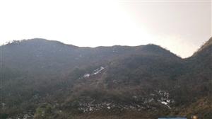 艳阳下的残雪