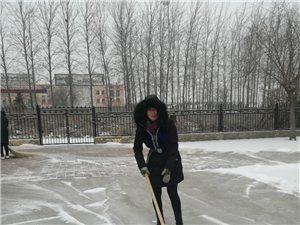 大家一齐动手,清理校园积雪!