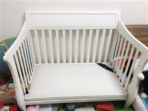 由于孩子大了,家里空间有限,现婴儿床出售。 原价近??1800,现??550出售,可上门安装,九九...
