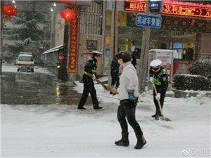 山阳交警街头除雪保障市民出行安全,为你们