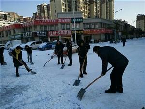 为了保障道路畅通无阻大家一超努力铲雪