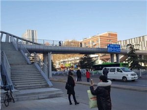 北国、中北两座过街天桥同时开始试运行