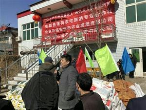 新年来临之际,辛卫东给辛庄村的老人发放福利