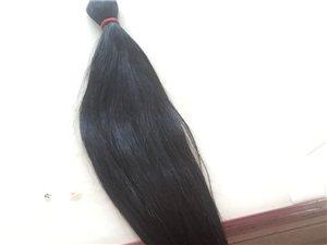 卖头发 年前刚剪了,头发属于粗硬型 56厘米还多 没有烫染 想要买来自己接的足够了,有意私聊 手机微...