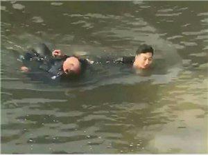 安徽一老人钓鱼时不慎掉入河中,路过的辅警