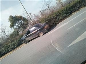 咸兴路兴平西吴附近车辆冲上绿化带
