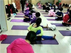 ��城�w育中心的�w�w瑜伽,感受�澈沽芾斓母�