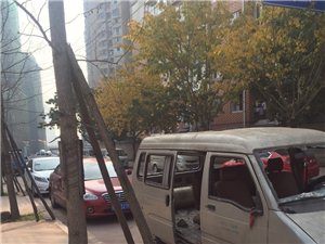 北湖公园门口一僵尸车占道停放,谁来处理它?