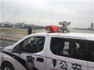 斗门尖锋桥,警察??正救缓站在桥外面的男青年